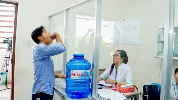 Gỡ nút thắt bảo hiểm y tế cho bệnh nhân HIV
