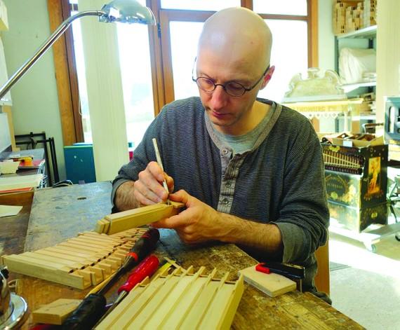 Benoit Paulis trong xưởng sản xuất và phục chế nhạc cụ tại Stavelot