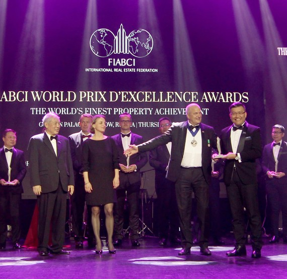 Đại diện Gamuda Land (góc phải) nhận giải Bạc quốc tế cho Quy hoạch Tổng thể của Celadon City