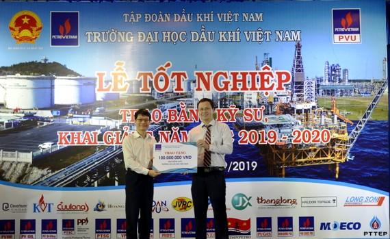 Ông Trương Hồng Sơn, Ủy viên HĐQT PV GAS đã thay mặt PV GAS trao số tiền 100 triệu đồng ủng hộ quỹ học bổng của nhà trường