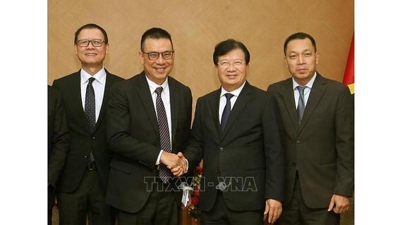 Ngày 24-10, Phó Thủ tướng Trịnh Đình Dũng tiếp ông Roongrote Rangsiopash, Chủ tịch kiêm Tổng Giám đốc Tập đoàn SCG của Thái Lan đang có chuyến thăm và làm việc tại Việt Nam. Ảnh: TTXVN