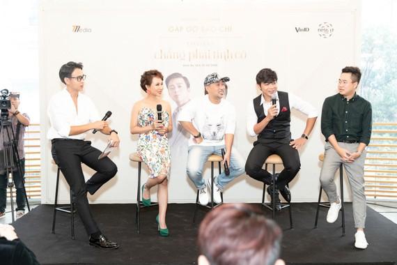 """Ca sĩ Uyên Linh và Lân Nhã trong buổi họp báo giới thiệu liveshow """"Chẳng phải tình cờ"""""""