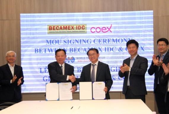 Ông Nguyễn Văn Hùng, Chủ tịch Becamex IDC và lãnh đạo COEX tại lễ ký kết