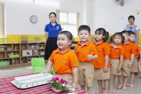 """Chương trình Sữa học đường triển khai luôn luôn bắt đầu từ bậc học mầm non để cung cấp đầy đủ chất dinh dưỡng cho những """"mầm xanh"""" thật khỏe mạnh, vững vàng lớn lên cùng năm tháng"""