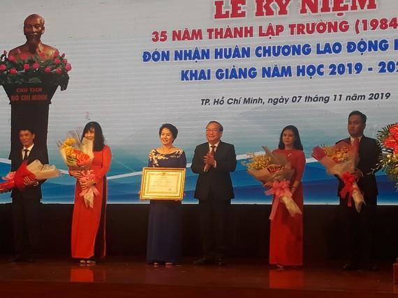 Bà Nguyễn Thị Lý (thứ 3 từ trái sang), Hiệu trưởng TDC nhận Huân chương Lao động hạng 3 do Chủ tịch nước trao tặng 