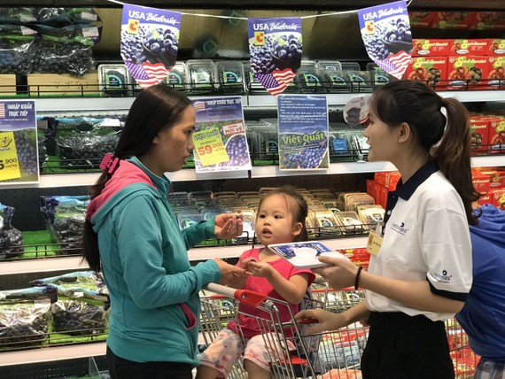 Người tiêu dùng tìm hiểu mua trái cây Hoa Kỳ tại một điểm bán
