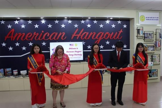 Bà Marie C. Damour, Tổng lãnh sự Hoa Kỳ tại TPHCM và PGS-TS Trần Văn Đạt, Phó Hiệu trưởng nhà trường cắt băng khai mạc. Ảnh: www.agu.edu.vn