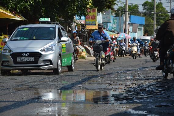 Mặt đường tỉnh lộ 9 nham nhở, gây mất an toàn giao thông