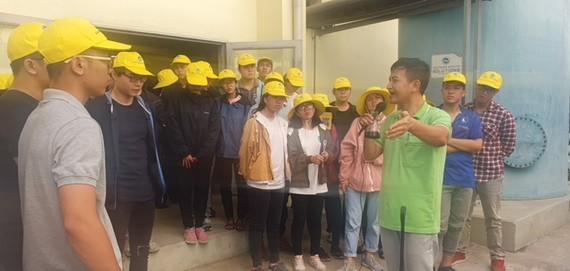 Sinh viên Khoa Môi trường đi thực tế ở bãi rác, các khu xử lý nước rỉ rác.