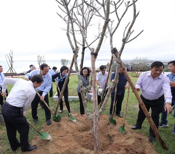 Bà Trương Thị Mai, Ủy viên Bộ Chính trị, Bí thư Trung ương Đảng, Trưởng ban Dân vận Trung ương cùng các đại biểu thực hiện nghi thức trồng cây của chương trình Quỹ 1 triệu cây xanh cho Việt Nam.