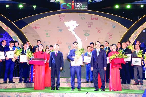 Đại diện Lãnh đạo Công ty Yến sào Khánh Hòa nhận chứng nhận