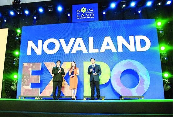 Ông Lê Viết Hải (bìa phải) - Chủ tịch HĐQT, TGĐ Tập đoàn Hòa Bình nhận kỷ niệm chương của chương trình