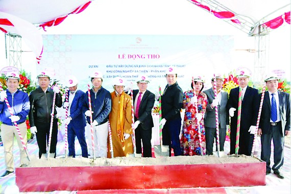 Các đại biểu thực hiện nghi thức động thổ Dự án đầu tư xây dựng  và kinh doanh hạ tầng kỹ thuật khu công nghiệp Bá Thiện - Phân khu 1