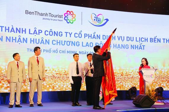 Ông Trần Vĩnh Tuyến - Phó Chủ tịch UBND TPHCM trao Huân chương Lao động hạng nhất  cho Công ty BenThanh Tourist