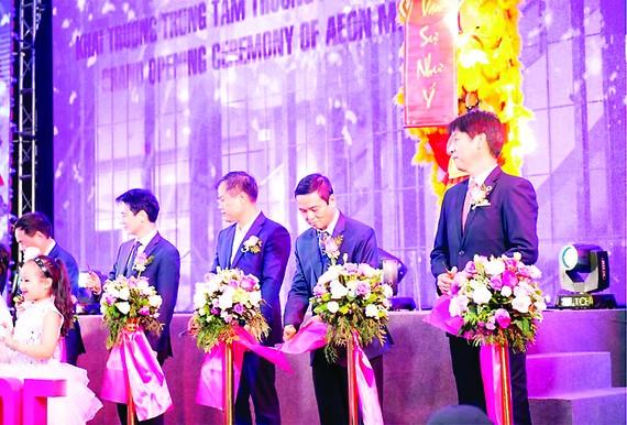 Ông Lê Viết Hải - CT.HĐQT, TGĐ Hòa Bình (thứ 2 từ bên phải qua) thực hiện nghi thức khai trương