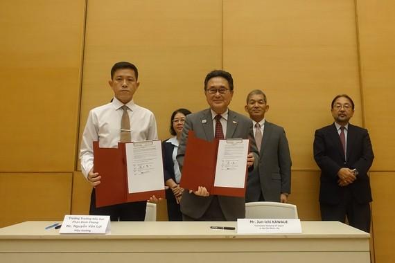 Ngài Kawaue Junichi và ông Nguyễn Văn Lợi ký kết hợp đồng viện trợ.