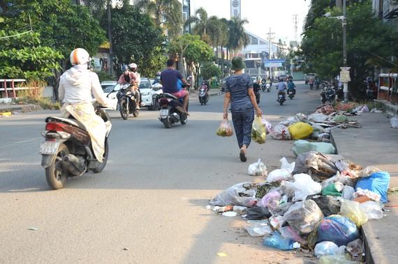 Xả rác bừa bãi ra lòng đường, vỉa hè