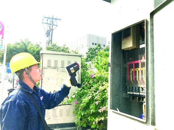 Nhân viên Điện lực Gia Định kiểm tra  các thiết bị trong trạm biến áp có hoạt động ổn định