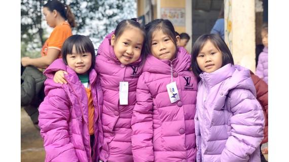 Những nụ cười của trẻ thơ Mã Liềng khi nhận áo mới