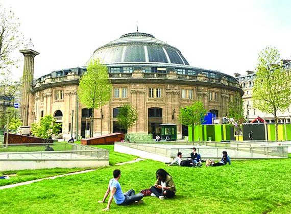 Khuôn viên bên ngoài tòa nhà đặt Bảo tàng Fondation Pinault