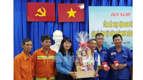 Chủ tịch Liên đoàn Lao động TPHCM Trần Thị Diệu Thuý đến thăm và chúc tết các đoàn viên nghiệp đoàn rác dân lập. Ảnh: thanhuytphcm.vn