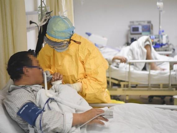 Nhân viên y tế chăm sóc bệnh nhân nhiễm virus Corona tại bệnh viện ở Trùng Khánh, Tây Nam Trung Quốc, ngày 1-2. Ảnh: THX/ TTXVN