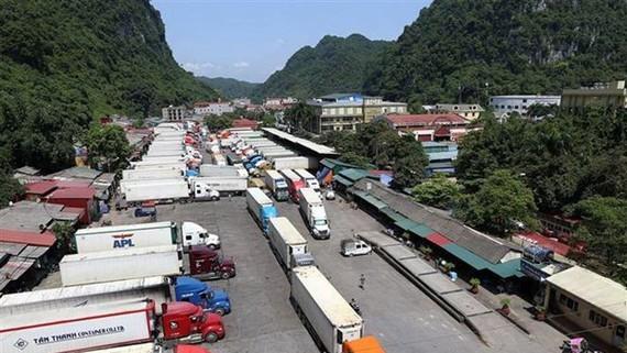 Xe chở hàng hóa xuất khẩu tại cửa khẩu Tân Thanh. Ảnh: Phạm Hậu/TTXVN
