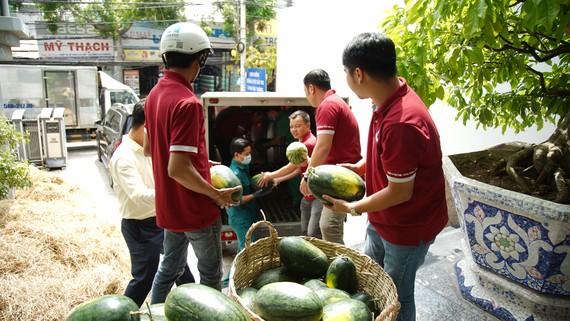 Công ty CP Đầu tư và Xây dựng Phúc Khang đã quyết định hỗ trợ tiêu thụ 20 tấn dưa hấu cho nông dân tỉnh Gia Lai