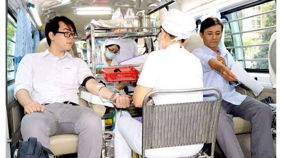 Người lao động Sawaco tham gia hiến máu tại ngày hội