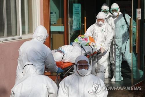 Tính đến chiều 23-2, Hàn Quốc đã có 5 người tử vong vì Covid-19. Ảnh: YONHAP
