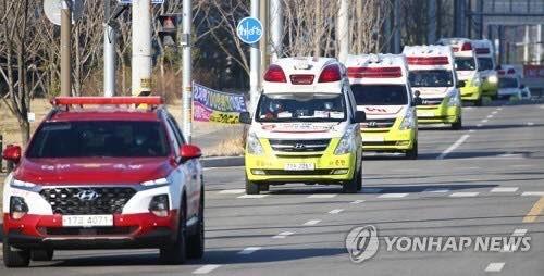 Xe cứu thương được huy động tại Daegu, cách Seoul khoảng 300 km về phía đông nam, vào ngày 23-2, để chở những bệnh nhân bị nhiễm Covid-19. Ảnh: YONHAP
