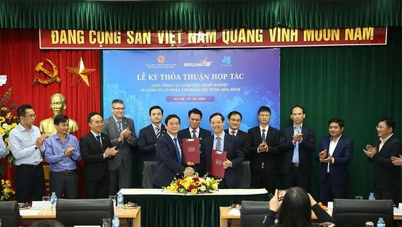Ông Lê Viết Hải, Chủ tịch HĐQT kiêm Tổng Giám đốc Tập đoàn Xây dựng Hòa Bình (hàng đầu, bên trái) tham gia buổi ký kết