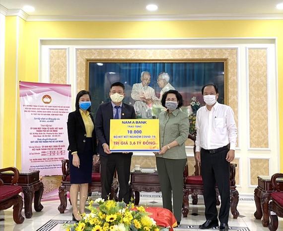 Bà Tô Thị Bích Châu (thứ 2 từ phải qua), Chủ tịch Ủy ban Mặt trận Tổ quốc Việt Nam TPHCM cùng đại diện Sở Y tế TPHCM (bìa phải) tiếp nhận khoản hỗ trợ từ đại diện Nam A Bank