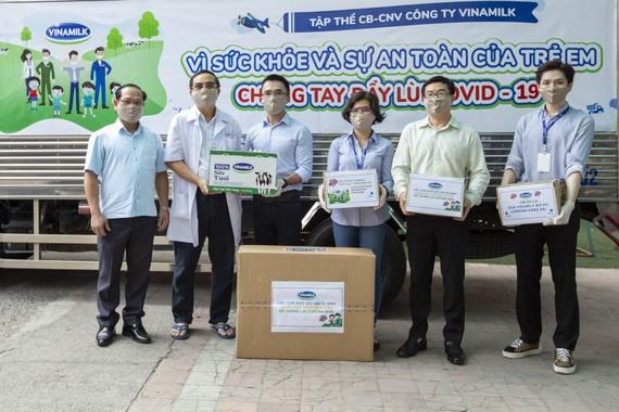 Đại diện Vinamilk trao tặng sữa, khẩu trang và xà phòng rửa tay cho Giám đốc Trung tâm Phục hồi chức năng và trợ giúp trẻ khuyết tật tại TPHCM
