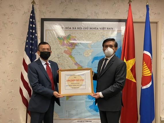 Ông David Dương, Chủ tịch Công ty California Waste Solutions trao tặng số tiền ủng hộ Quỹ phòng, chống dịch Covid-19 thông qua Tổng lãnh sự quán Việt Nam tại San Francisco. Ảnh: Tổng Lãnh Sự Quán Việt Nam tại San Francisco