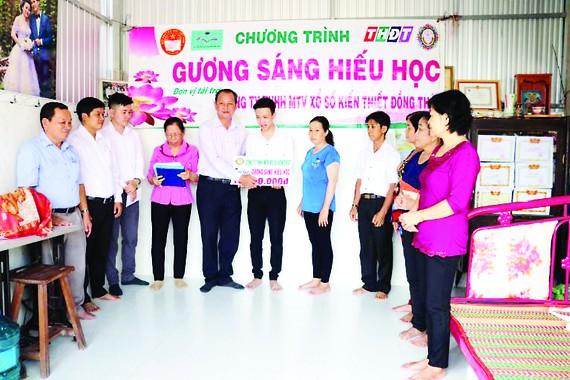"""Công ty TNHH MTV Xổ số kiến thiết Đồng Tháp trao học bổng """"Tiếp sức đến trường"""" tại thành phố Cao Lãnh"""