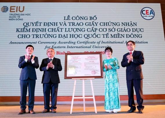 Đại diện Trường Đại học Quốc tế Miền Đông nhận giấy chứng nhận kiểm định chất lượng giáo dục