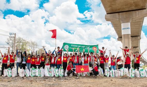 Các thành viên Nhóm Cộng đồng xanh Việt Nam tham gia dọn rác  tại quận Thủ Đức (TPHCM)