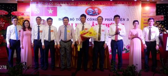 Đồng chí Võ Văn Yên (thứ 5 từ trái sang) chúc mừng Ban Chấp hành Đảng bộ Tổng Công ty Phát điện 3 nhiệm kỳ mới