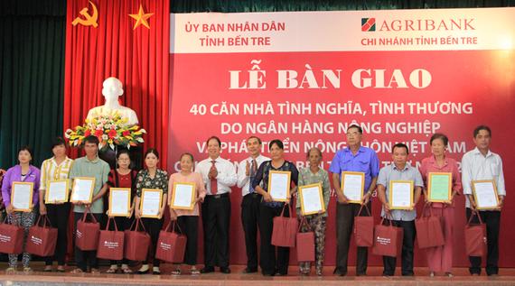 Lễ trao quyết định tặng nhà và quà cho hộ nghèo, gia đình chính sách. Ảnh: www.bentre.gov.vn