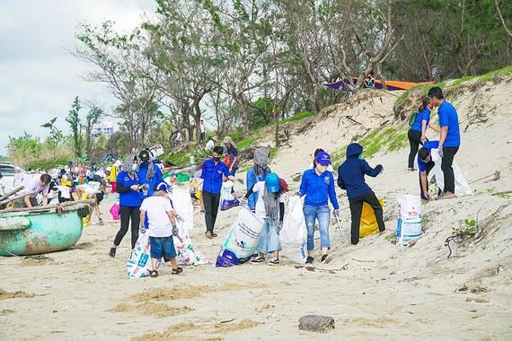 Chung tay dọn sạch rác thải tại bãi biển