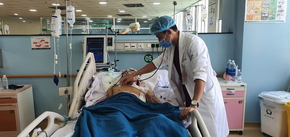 Bác sĩ đang thăm khám và điều trị cho bệnh nhân