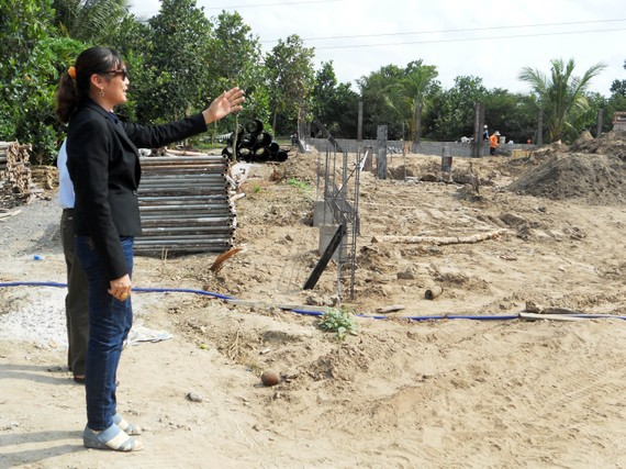 Bà Trần Thị Kim Loan trên mảnh đất hiến tặng để xây trường mầm non