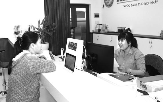 Mô hình một cửa tại khâu dịch vụ khách hàng tạo thuận lợi  cho người dân (Ảnh chụp tháng 6-2020)