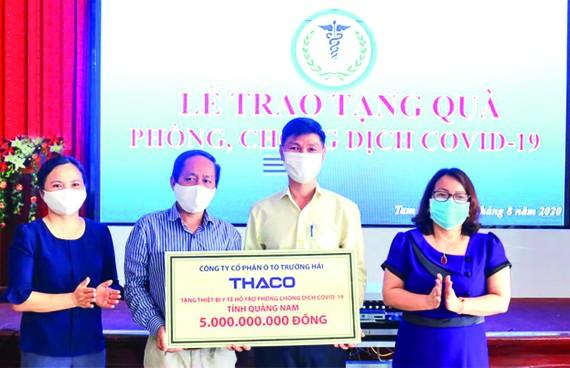 Ông Nguyễn Quang Bảo - Phó TGĐ phụ trách Sản xuất trao tặng thiết bị y tế hỗ trợ phòng chống dịch cho Tiến sĩ,  bác sĩ Nguyễn Văn Văn - PGĐ Sở Y tế tỉnh Quảng Nam
