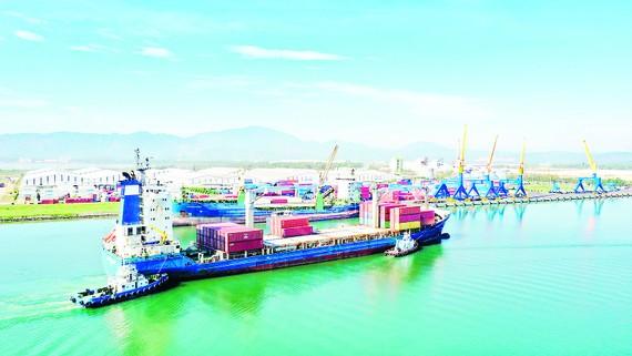 Tàu Zim cập cảng Chu Lai, chuẩn bị nhận hàng xe Kia Soluto xuất khẩu sang Myanmar