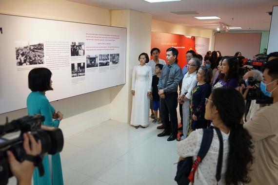 """Các đại biểu tham quan triển lãm  """"Quốc kỳ, Quốc ca, Quốc huy: Biểu tượng tự hào dân tộc Việt Nam"""""""