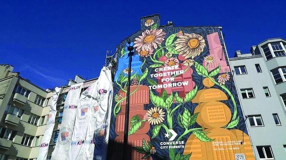 Bức tranh tường với những bông hoa tươi cười ở Warsaw, Ba Lan