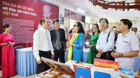 Các đại biểu xem trưng bày, triển lãm. Ảnh: www.hcmcpv.org.vn