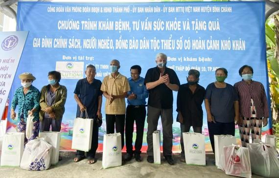 Đại diện Công ty VWS, ông Kevin Moore, Giám đốc Điều hành Công ty VWS tặng quà cho người dân có hoàn cảnh khó khăn